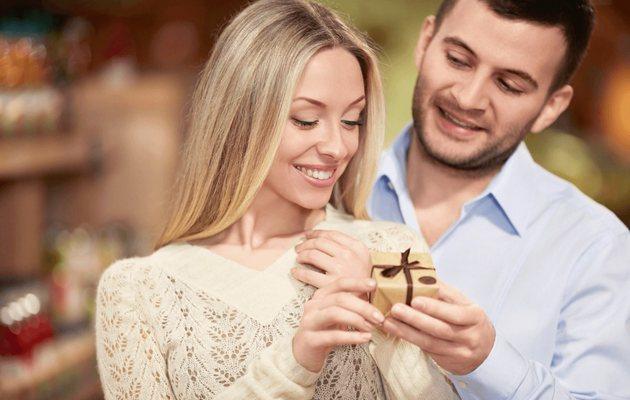 Что можно подарить девушке на годовщину отношений - список идей