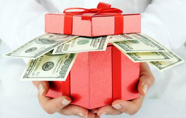 Как оригинально подарить деньги подруге на день рождения?