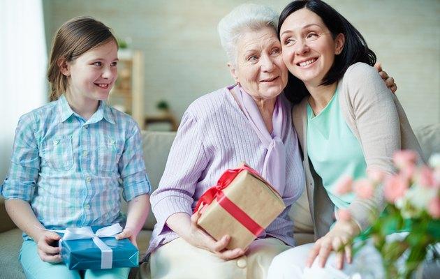 Что можно подарить бабушке на 66, 67, 68, 69 лет?