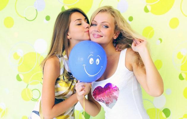 Что можно подарить подруге на 18 лет?