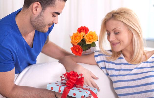 Какие мужчины дарят подарки женщинам 59