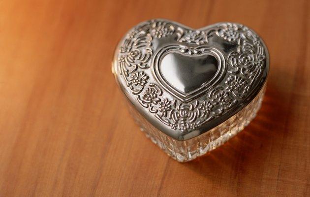 Что можно подарить жене на жестяную свадьбу?
