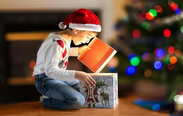 Мальчик с подарками новый год